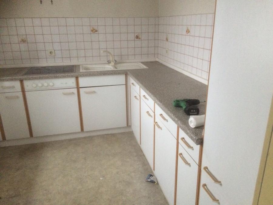 Wieder neue küchen eingetroffen hier ein beispiel mit weißen fronten ceranfeld und kühlschrank schnell reinschauen